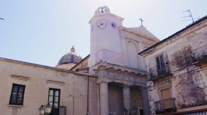 CARIATI – CATTEDRALE, URGE IL RESTAURO DELLA FACCIATA ESTERNA
